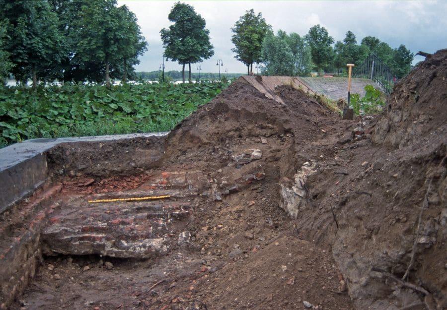 Muurresten Blauwe Toren te Gorinchem nog aanwezig in de hoek van Bastion V (2000)