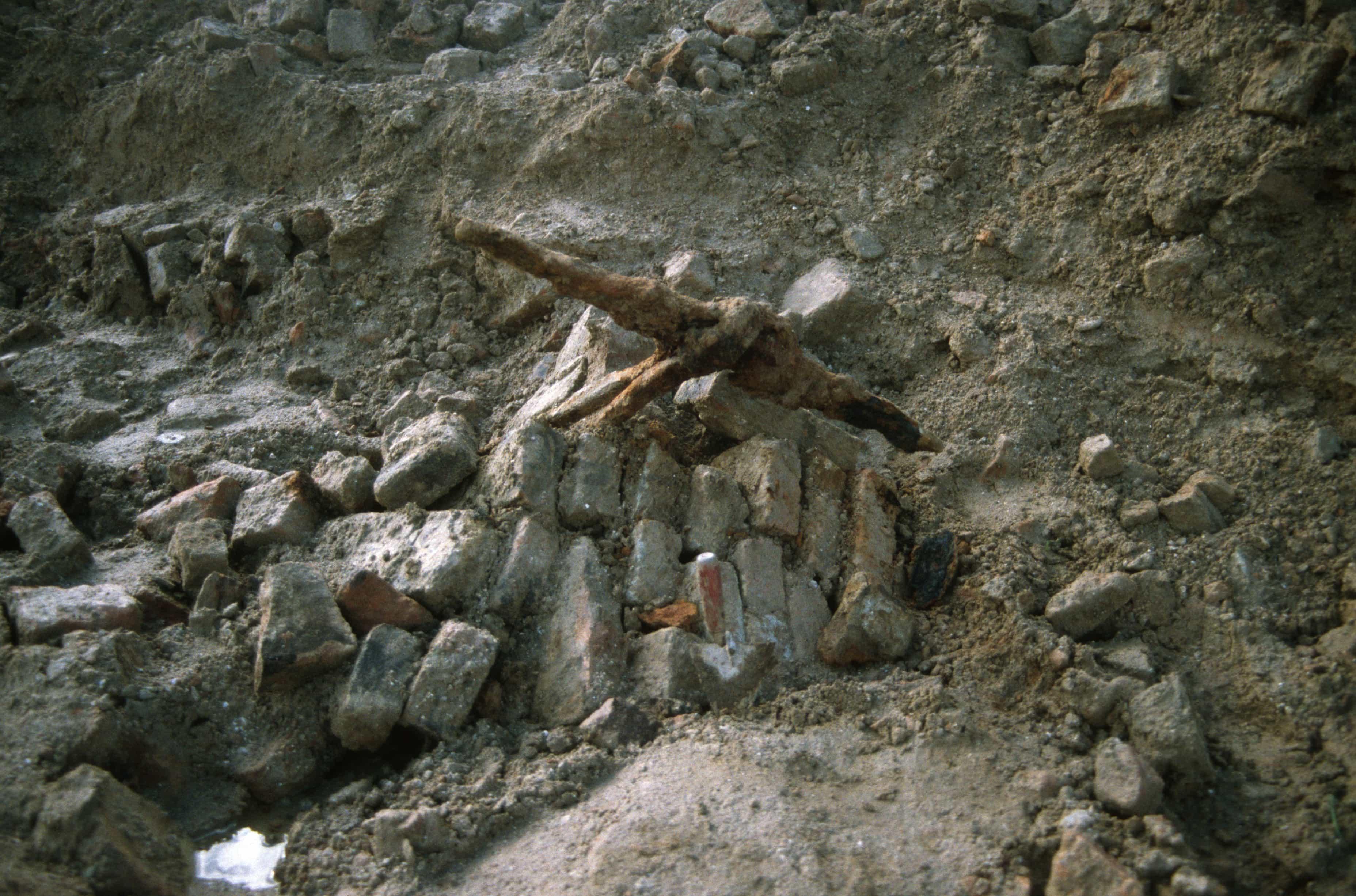 Puin en muuranker van neergehaalde muren, opgraving kasteel van de heren van Arkel in het Wijdschild te Gorinchem in 1996