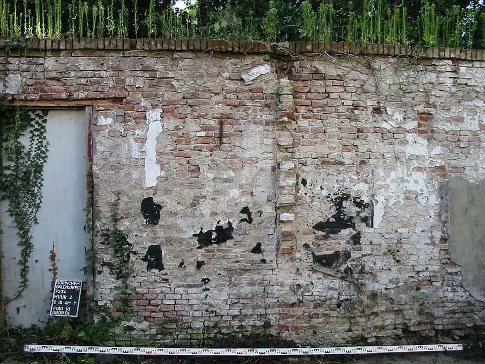 Sporen van verdwenen bebouwing op de oude tuinmuur