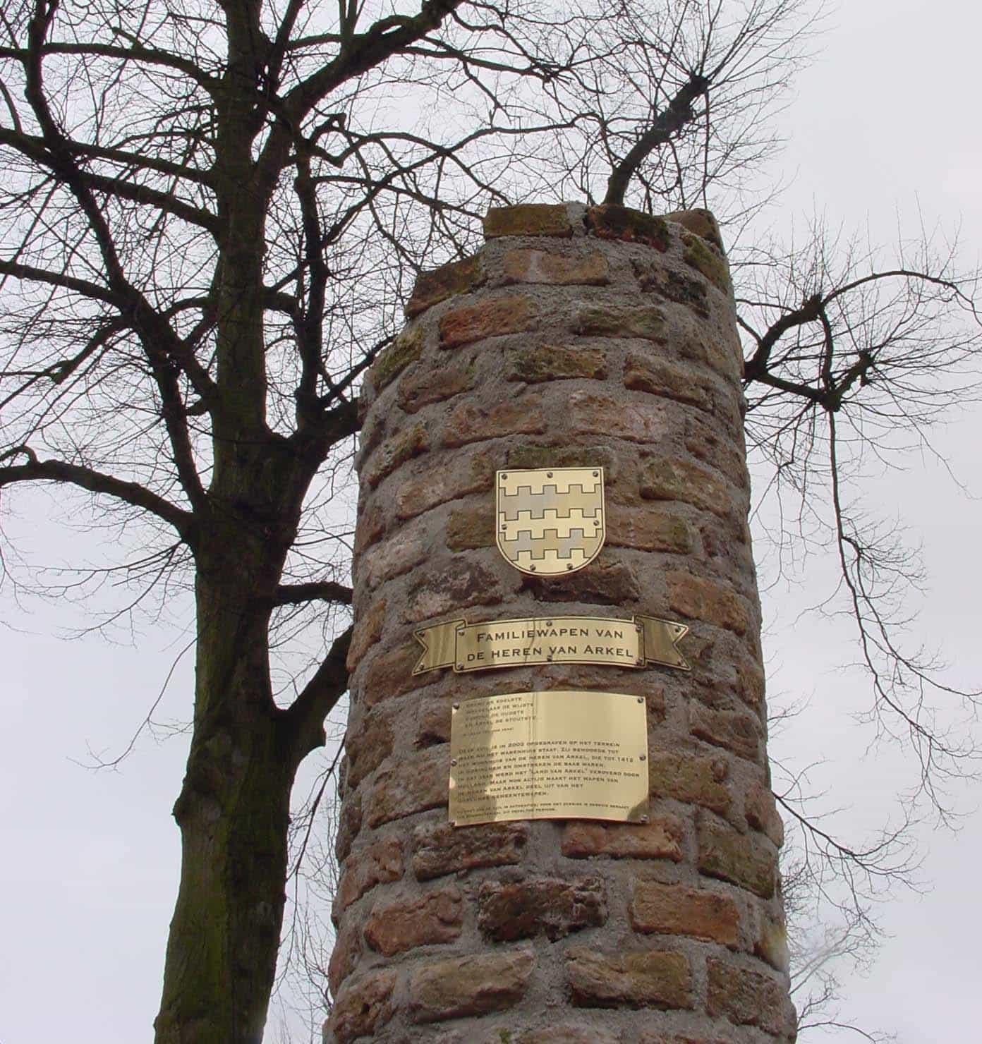 Zuil ter herinnering aan de de heren van Arkel in de Struisvogelstraat te Gorinchem