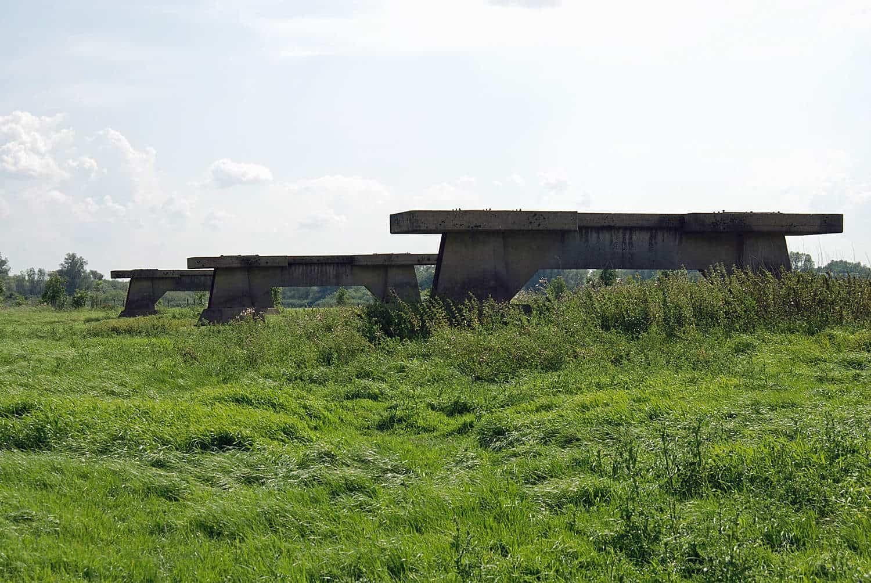 Pijlers voor een baileybrug over de Merwede die er nooit kwam, een herinnering aan de Koude Oorlog