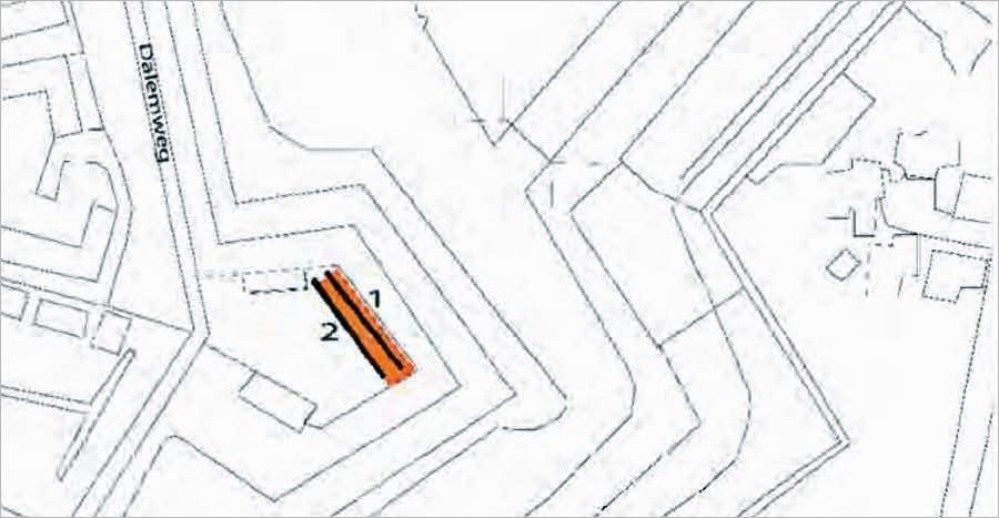 De onderzoeklokatie met de beide ploefsleuven. In oranje het verdwenen verenigingsgebouw