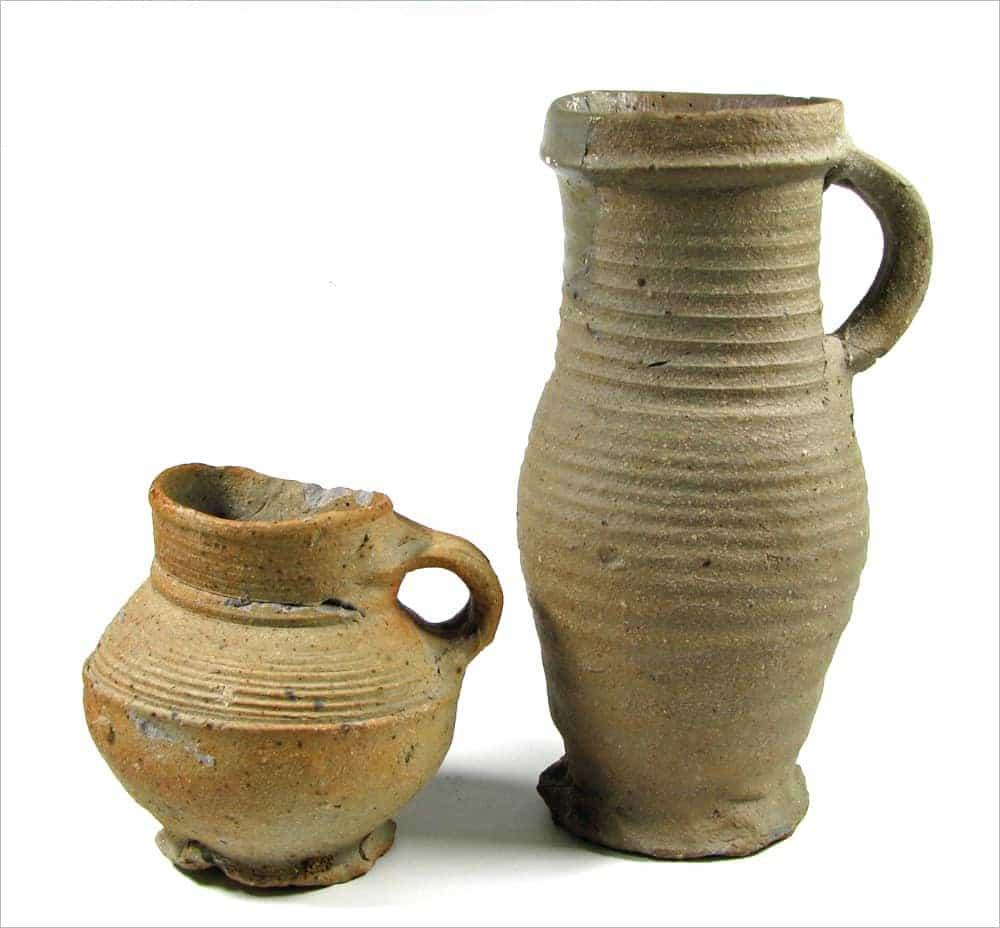 Proto-steengoed drinkkannetjes uit het Rijnland, circa 1275-1325.