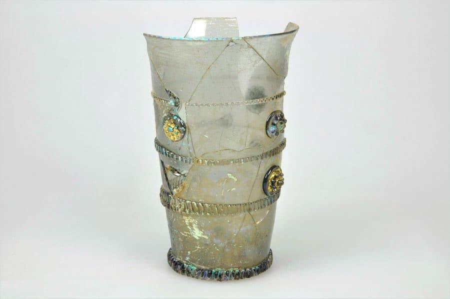 Glazen beker versierd met glasdraden en vergulde braamknoppen, 1675-1725