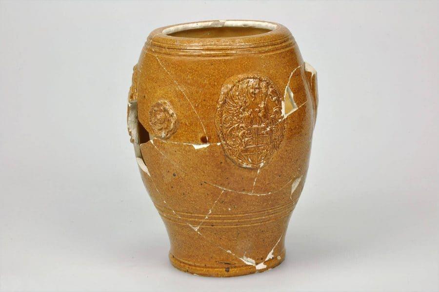 Tonvormige beker mogelijk afkomstig uit het Wesergebied, gedateerd 1595