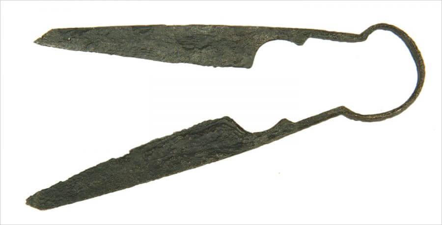 Knijpschaartje, gevonden op het vloerniveau van het houten huis