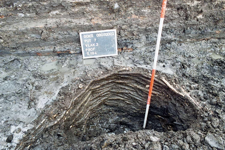 Vlechtwerkput spoor 194 waar overheen bij de bouw van de Grote School een grondboog is gemetseld gezien naar het zuiden