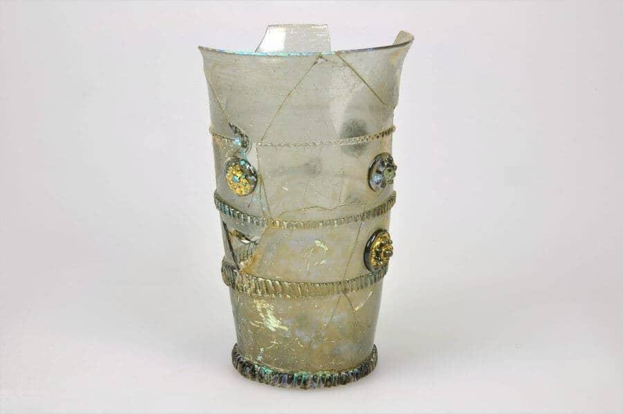 Glazen beker versierd met ondermeer bladgoud