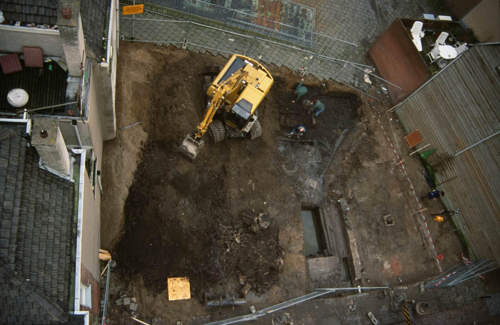 Aanleg eerste vlak in de werkput, archeologisch onderzoek voormalige synagoge in de Kwekelstraat te Gorinchem 2000