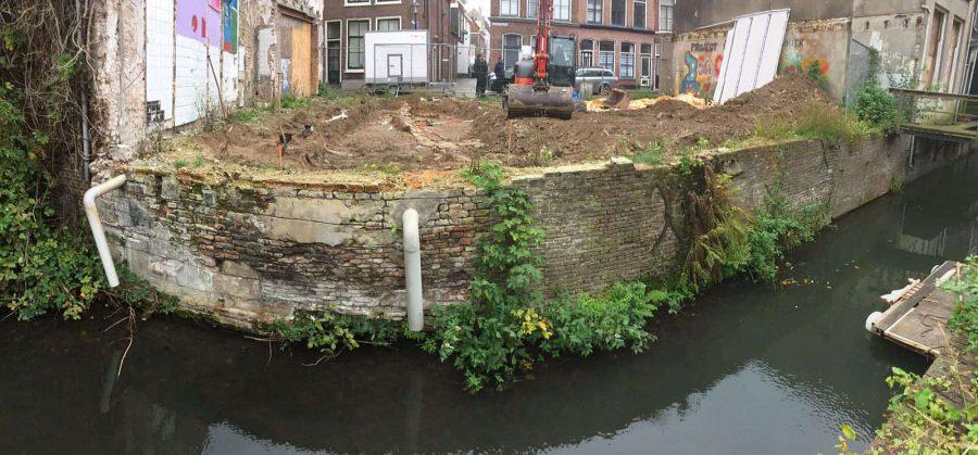 Resten van de middeleeuwse vestingmuur rond de onderzoekslokatie