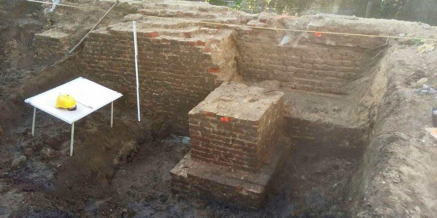 Nadat de vestingtoren was weggebroken heeft met de ontstane opening in de muur opgevuld, Hazewindhondstraat Gorinchem