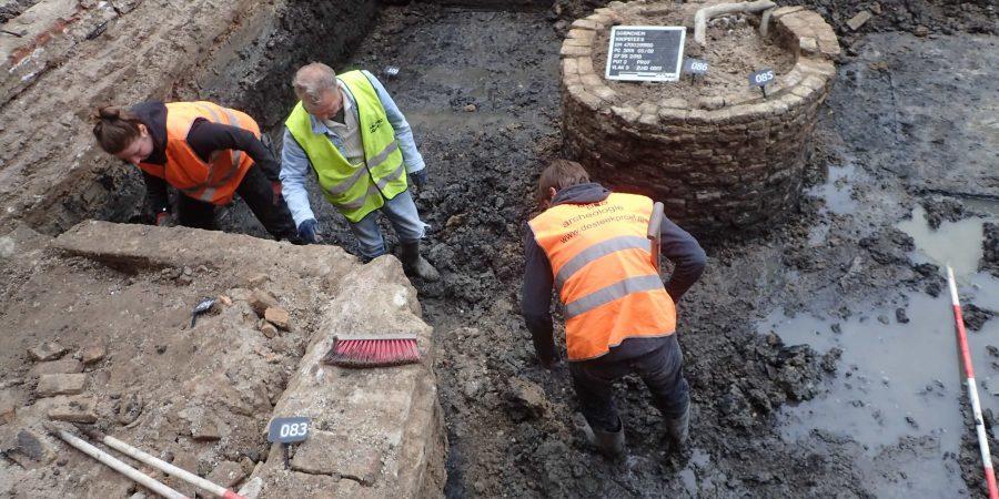 Een gracht met nog verassend veel water tijdens opgraving Knipsteeg Gorinchem