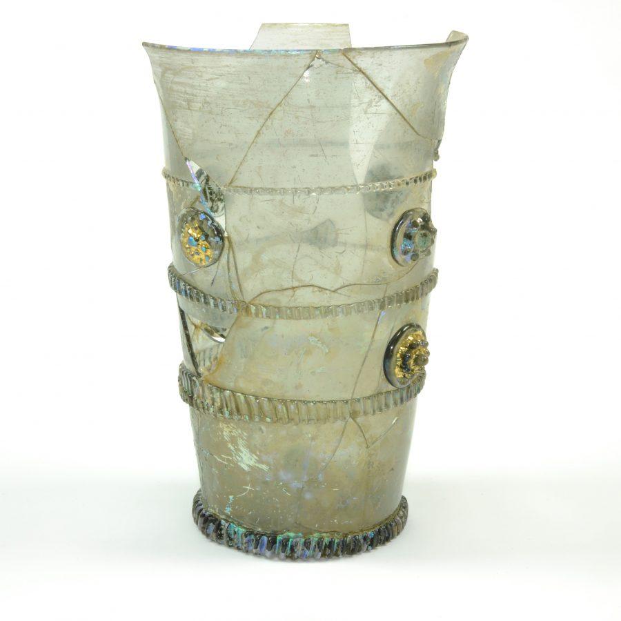 Glazen beker versierd met glasdraden en vergulde braamknoppen gevonden tijdens een opgraving aan de Krijtstraat te Gorinchem (2002)