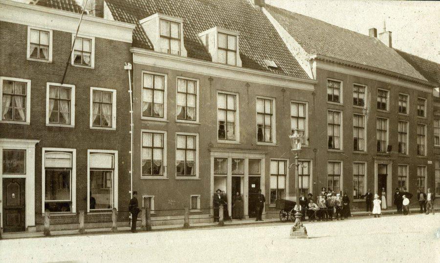 Noordzijde van de Groenmarkt in 1882 met de opgravingslocatie