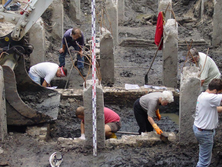 Opgraving Groenmarkt 8 Gorinchem graven tussen de heipalen van de vorige bebouwing