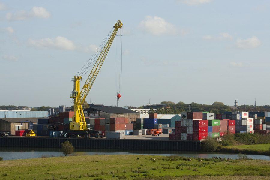 Containeroverslag industriegebied Avelingen.