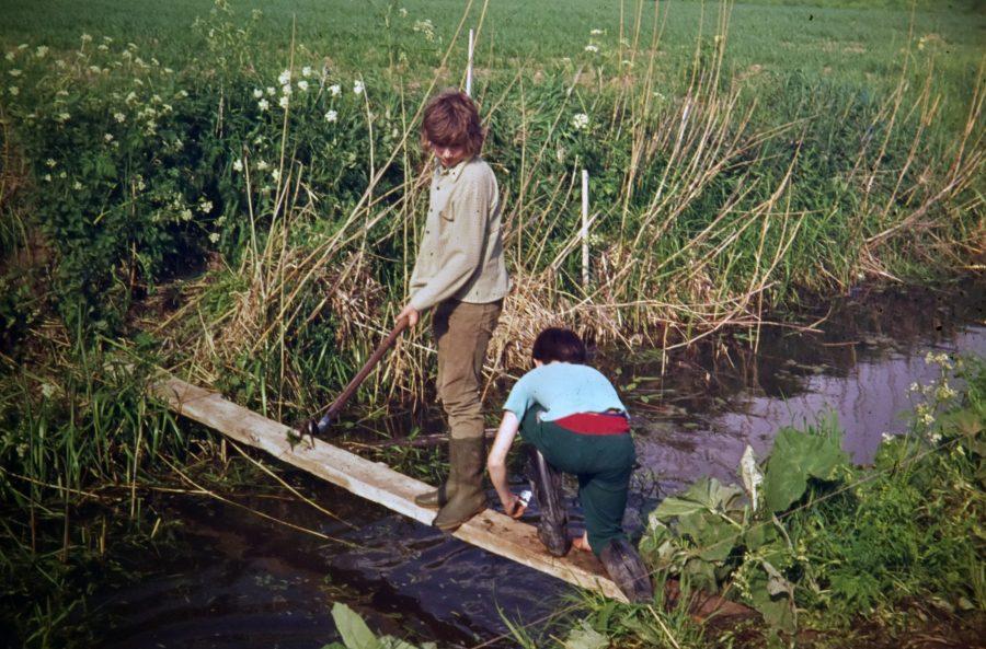 Reünie 50 jaar Nederlandse Jeugdbond voor Geschiedenis Gorinchem e.o. leden van de Gorcuse NJBG op zoek naar stenen van het kasteel van de Arkels