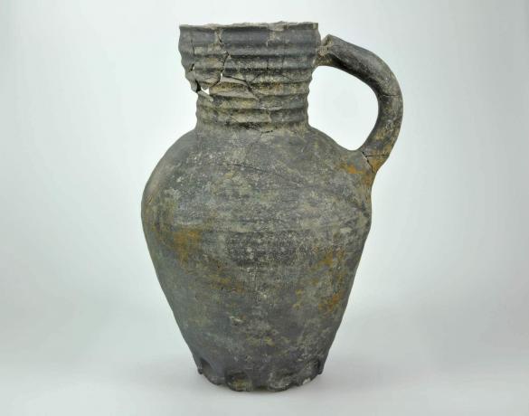 Waterkan gebruikt als muizenval (1350-1425),