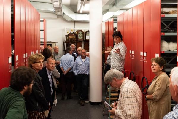 Rondleiding in het pas ingerichte depot van het Gorcums Museum door Esther Franken.