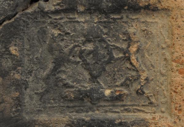 Haardplaat detail wapenschild met Franse lelie